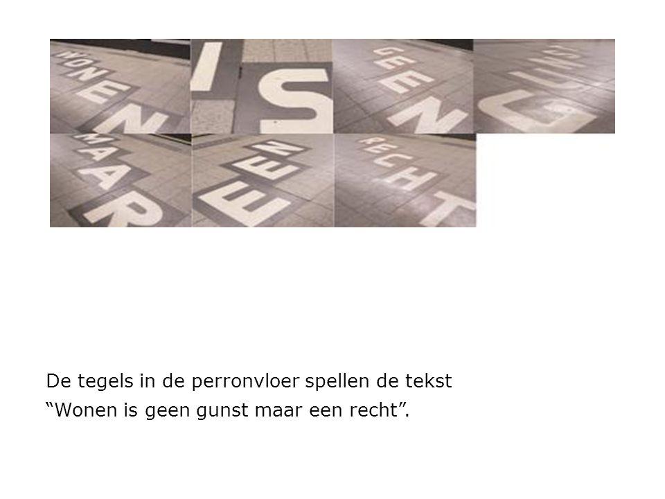 """De tegels in de perronvloer spellen de tekst """"Wonen is geen gunst maar een recht""""."""