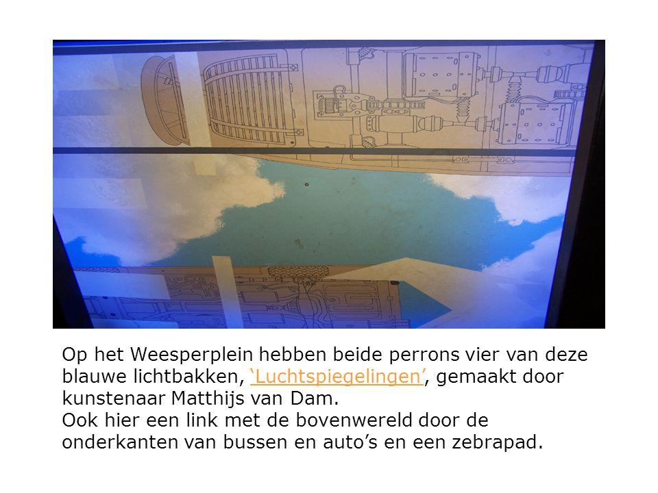 Op het Weesperplein hebben beide perrons vier van deze blauwe lichtbakken, 'Luchtspiegelingen', gemaakt door kunstenaar Matthijs van Dam.