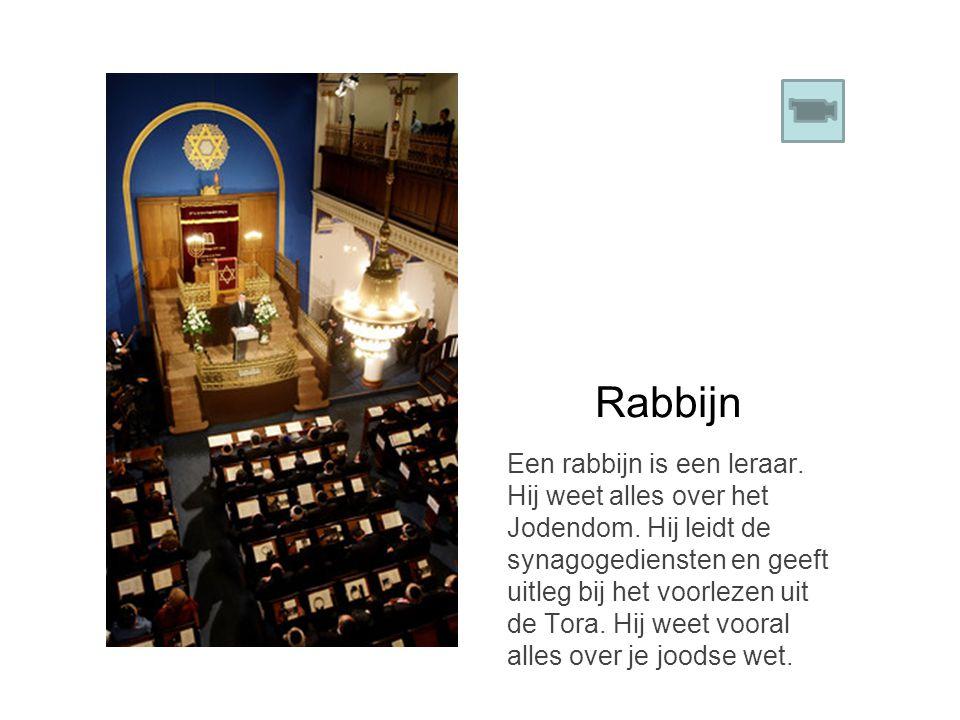 Rabbijn Een rabbijn is een leraar. Hij weet alles over het Jodendom. Hij leidt de synagogediensten en geeft uitleg bij het voorlezen uit de Tora. Hij
