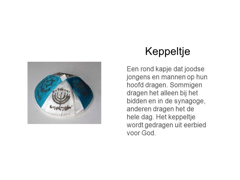 Keppeltje Een rond kapje dat joodse jongens en mannen op hun hoofd dragen. Sommigen dragen het alleen bij het bidden en in de synagoge, anderen dragen