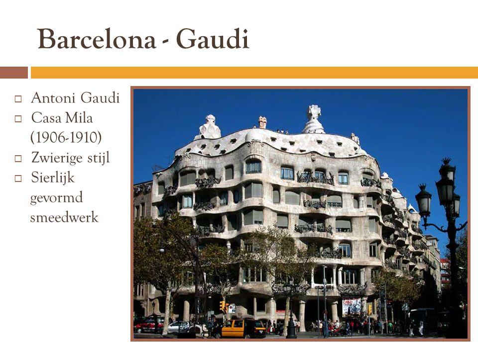 Barcelona - Gaudi  Antoni Gaudi  Casa Mila (1906-1910)  Zwierige stijl  Sierlijk gevormd smeedwerk