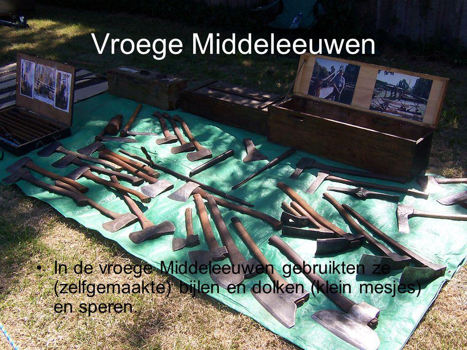 Hellebaard De hellebaard was heel goed tegen een vijandelijk pantser (schilden enz.).
