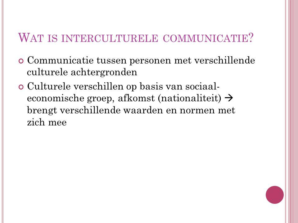W AT IS INTERCULTURELE COMMUNICATIE ? Communicatie tussen personen met verschillende culturele achtergronden Culturele verschillen op basis van sociaa