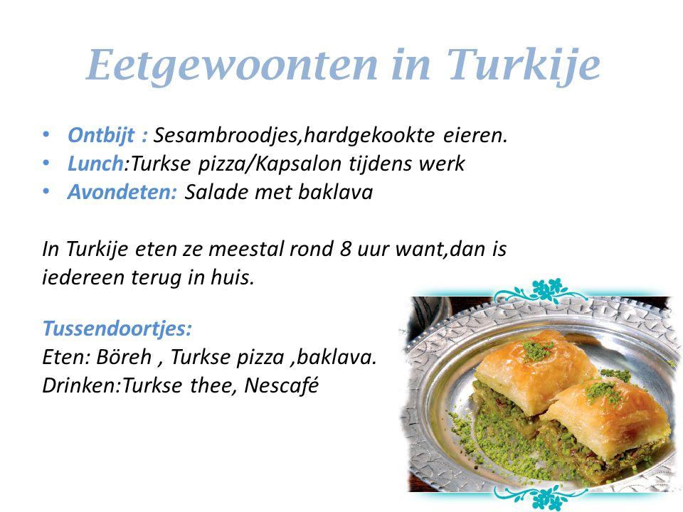 Eetgewoonten in Turkije Ontbijt : Sesambroodjes,hardgekookte eieren. Lunch:Turkse pizza/Kapsalon tijdens werk Avondeten: Salade met baklava In Turkije