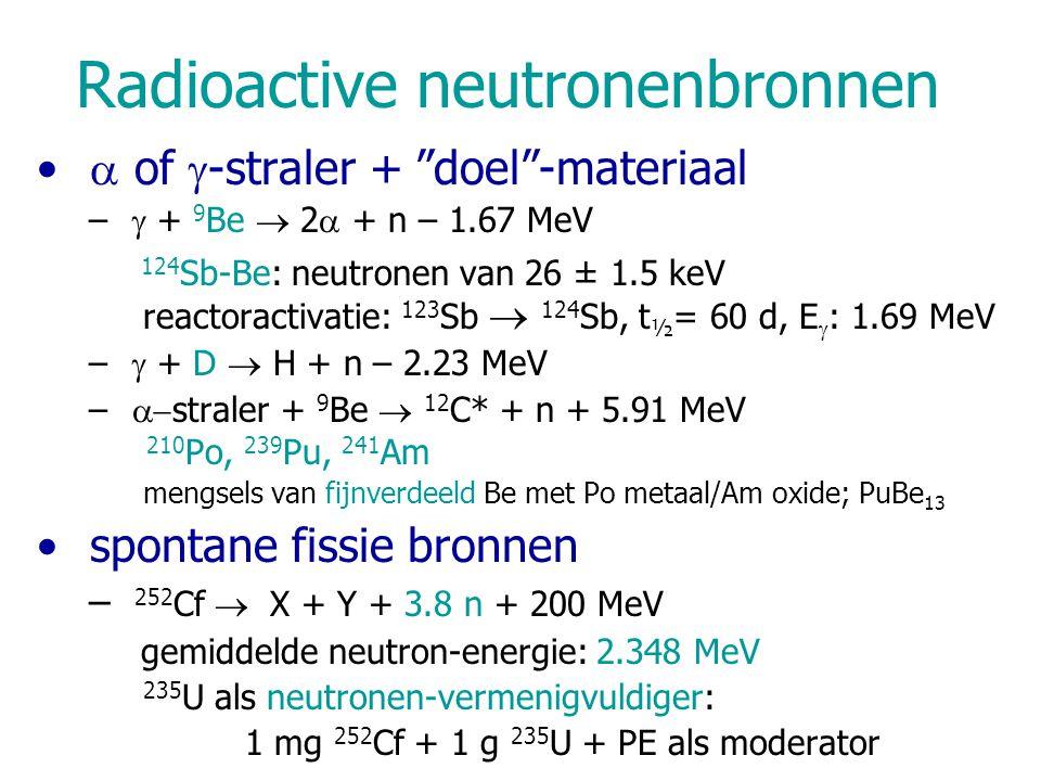 INAA Monster wordt bestraald in ongewijzigde vorm Neutron-geinduceerde reacties –(n,n), (n,n')(in)elastische strooiing –(n,  )radiatieve vangst –(n,  ), (n,p), (n,2n)reactie met (geladen) deeltjes –(n,f)geïnduceerde fissie Meest nuttige: (n,  ) n + A X Z  [ A+1 X Z ] *  A+1 Y Z +  –aangeslagen kern [ A+1 X Z ] * : zendt 'prompt'  -straling uit –bij verval van A+1 Y Z :  's gebruikt in INAA –bvb: 26 Mg (n,  ) 27 Mg