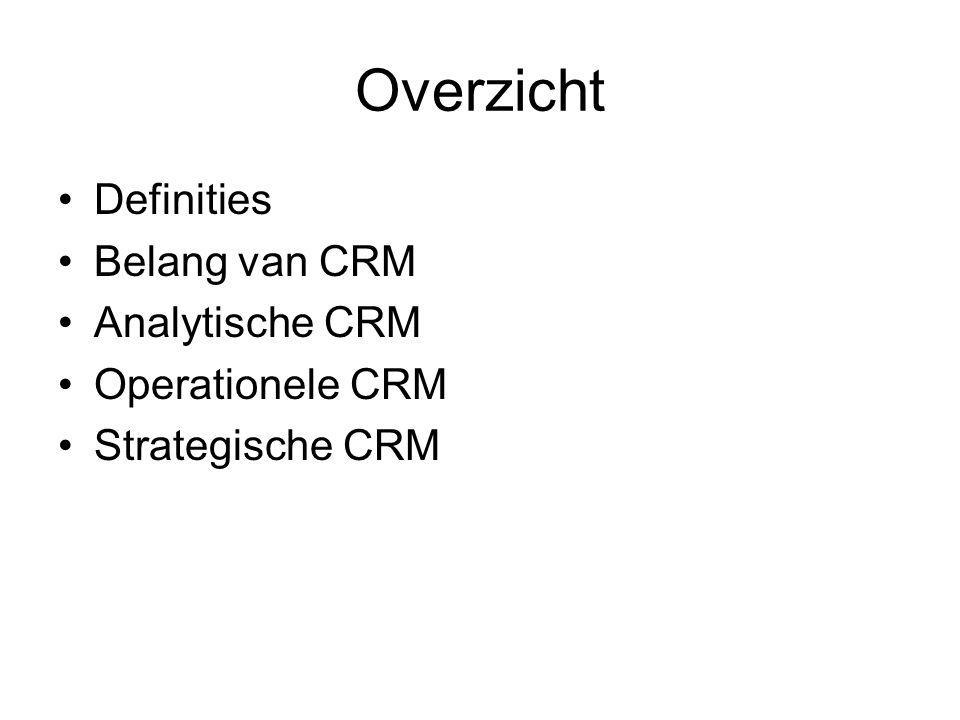 CRM: definities De implementatie van een strategie waarmee een bedrijf of instelling beoogt (klant)relaties te optimaliseren in termen van klantrendement en klanttevredenheid (www.crmgenootschap.nl)www.crmgenootschap.nl 'Relationship Marketing is attracting, maintaining and – in multi-service organisations – enhancing customer relationships.' (Berry, 1983) 'Relationship Marketing is the process whereby both parties – the buyer and provider – establish an effective, efficient, enjoyable, enthusiastic and ethical relationship: one that is personally, professionally and profitably rewarding to both parties.'(Porter, 1993) 'een samenhangend geheel van processen en systemen gericht op het bouwen van een infrastructuur die gebruikt kan worden bij het beter uitbalanceren van omzet en winst van een bedrijf (aan de ene kant) en individuele klanttevredenheid (aan de andere kant)'