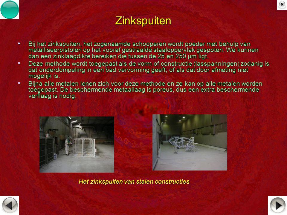 Zinkspuiten Bij het zinkspuiten, het zogenaamde schooperen wordt poeder met behulp van metalliseerpistolen op het vooraf gestraalde staaloppervlak ges