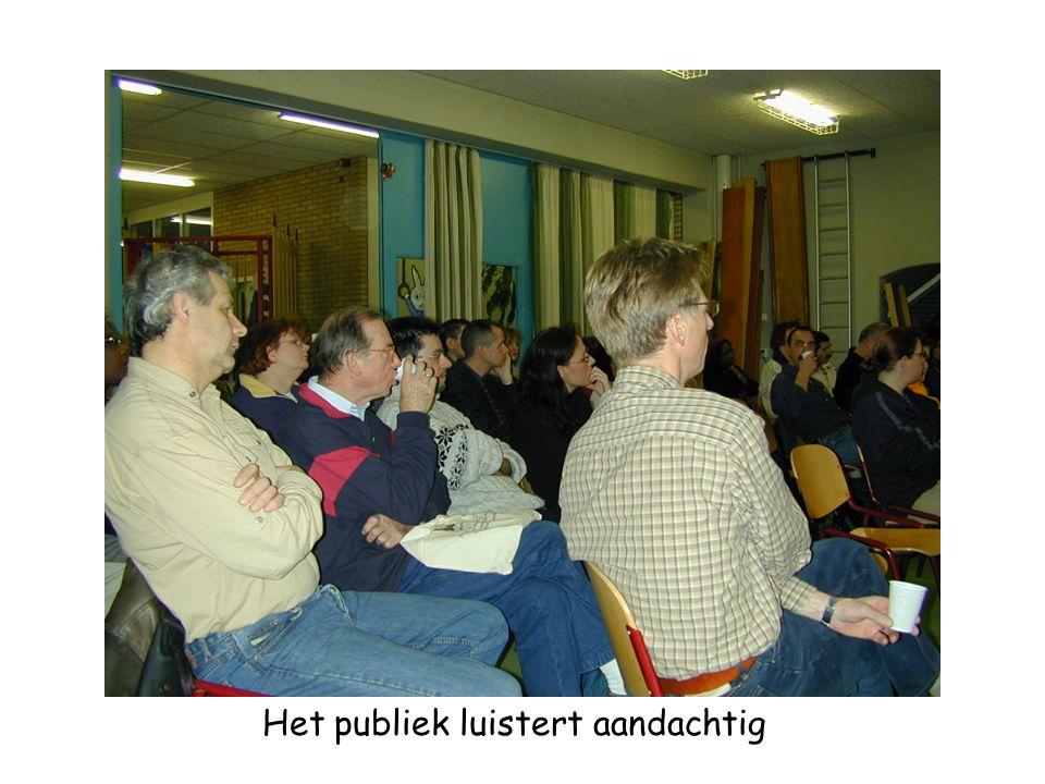 Het publiek luistert aandachtig