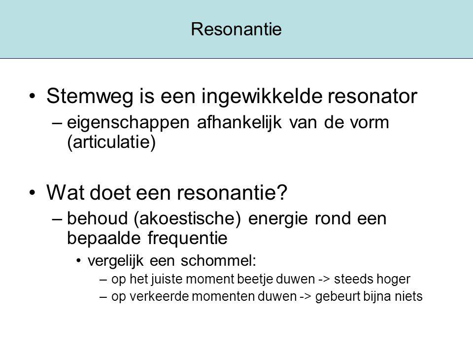 Resonantie Stemweg is een ingewikkelde resonator –eigenschappen afhankelijk van de vorm (articulatie) Wat doet een resonantie? –behoud (akoestische) e