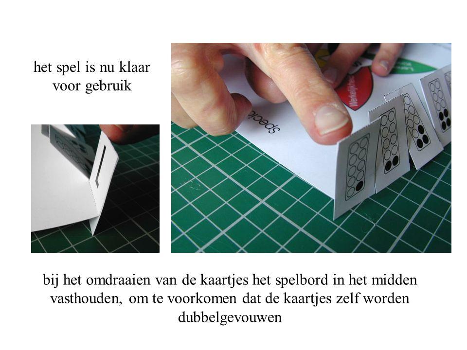 bij het omdraaien van de kaartjes het spelbord in het midden vasthouden, om te voorkomen dat de kaartjes zelf worden dubbelgevouwen het spel is nu kla