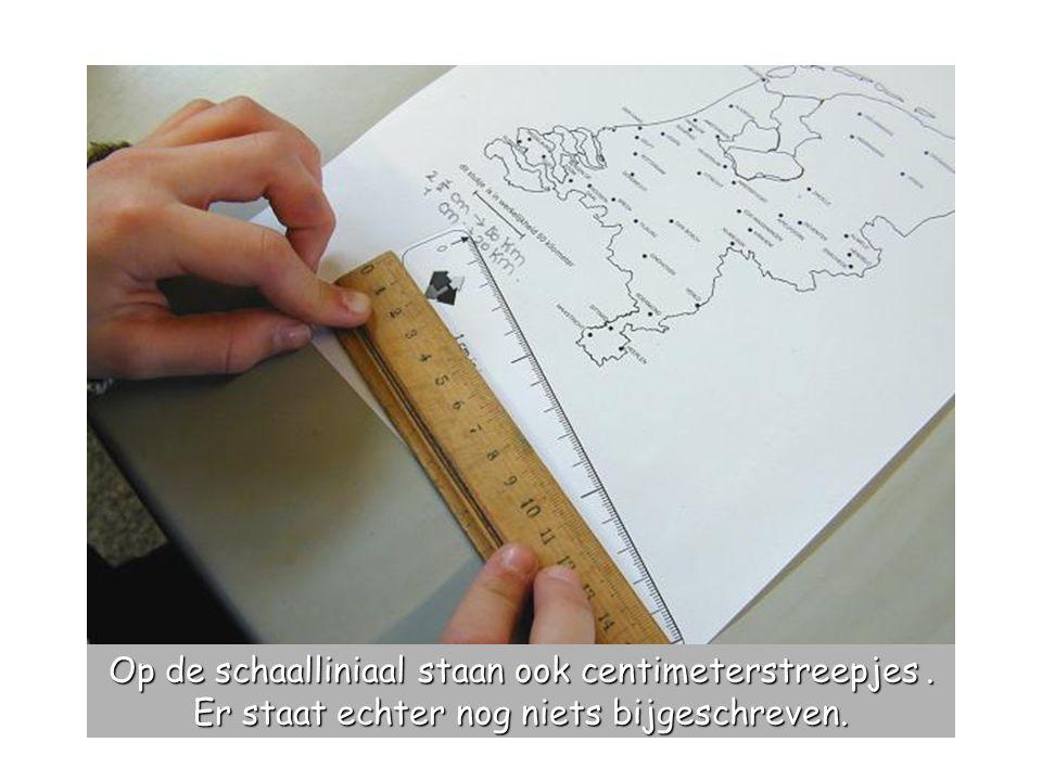 Op de schaalliniaal staan ook centimeterstreepjes. Er staat echter nog niets bijgeschreven.