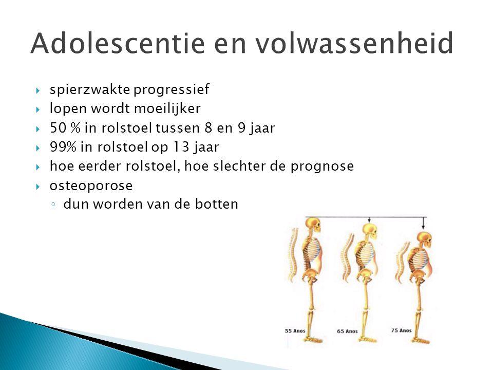 spierzwakte progressief  lopen wordt moeilijker  50 % in rolstoel tussen 8 en 9 jaar  99% in rolstoel op 13 jaar  hoe eerder rolstoel, hoe slechter de prognose  osteoporose ◦ dun worden van de botten