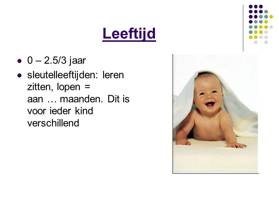 Geboorte- 3 maanden Het kijkstadium Heeft nog geen nekspieren Handelen: het nekje goed ondersteunen Vanaf 2-3 maanden: baby gaat uit zichzelf vanuit buiklig zelf optillen