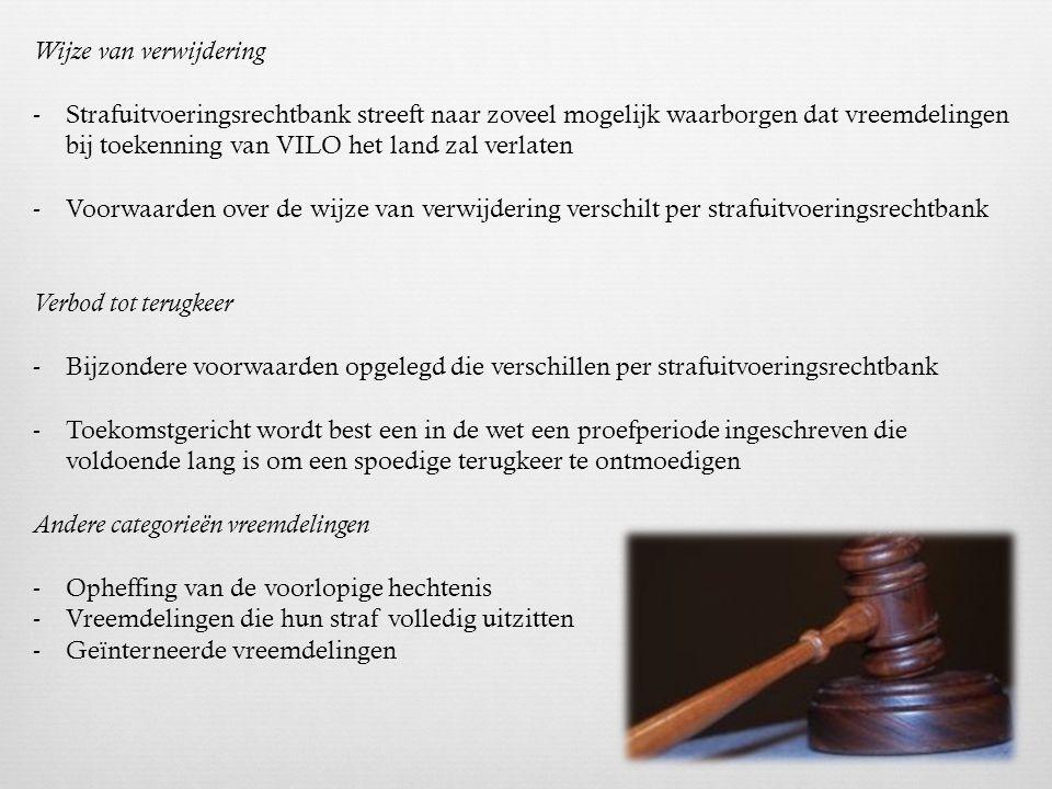 De ter beschikkingstelling van de Dienst Vreemdelingenzaken (DVZ) Mogelijke beslissingen van DVZ -Vreemdeling heeft positieve beslissing gekregen : DVZ wordt op de hoogte gebracht & beslist over de modaliteiten van de invrijheidstelling -Volgende beslissingen kunnen genomen worden: 1.Vrij zonder meer 2.Ontslagbewijs vijf dagen 3.Vreemdeling zonder recht op verblijf of met enkel recht op een kort verblijf 4.Vreemdeling opgesloten 'in administratieve detentie' (vreemdeling zonder middelen van bestaan) -Indien de DVZ beslist tot administratieve opsluiting blijft de vreemdeling nog max 15 tot 30 dagen in de gevangenis en kan de DVZ: 1.De vreemdeling repatriëren naar land van herkomst of een derde land waar hij verblijfsrecht heeft 2.De vreemdeling overbrengen naar een gesloten detentiecentrum voor illegalen 3.De vreemdeling vrijstellen