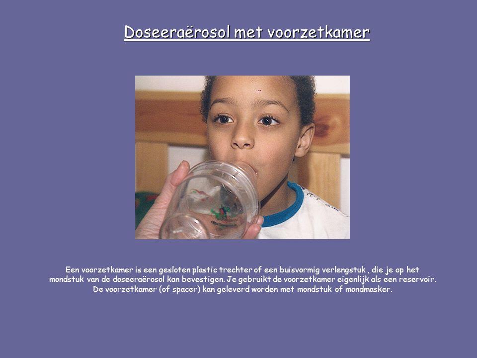 Een voorzetkamer is een gesloten plastic trechter of een buisvormig verlengstuk, die je op het mondstuk van de doseeraërosol kan bevestigen. Je gebrui