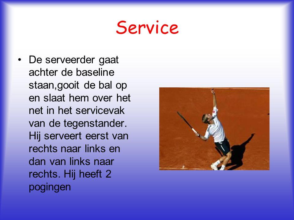 Service De serveerder gaat achter de baseline staan,gooit de bal op en slaat hem over het net in het servicevak van de tegenstander. Hij serveert eers