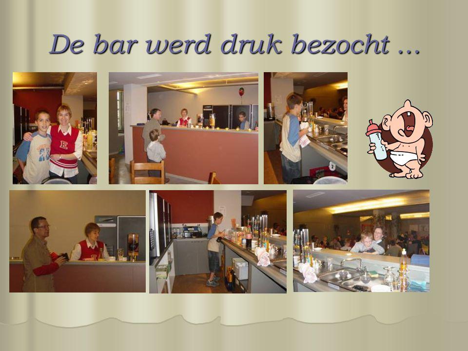 De bar werd druk bezocht...