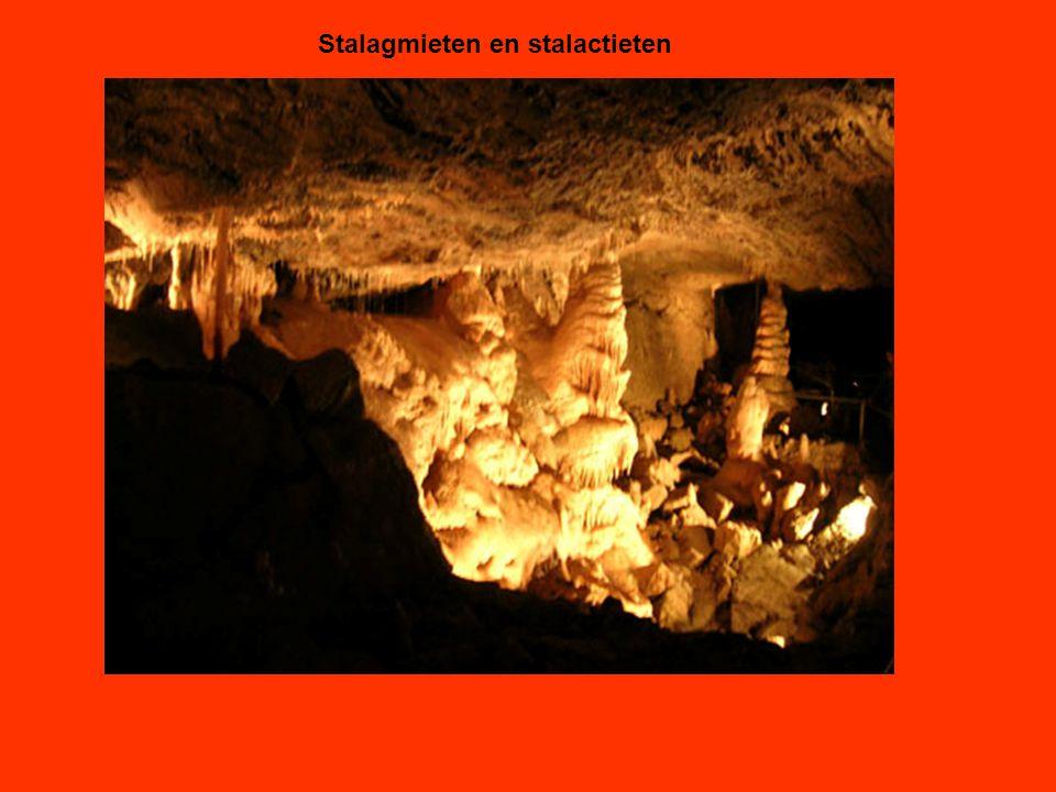 Stalagmieten en stalactieten