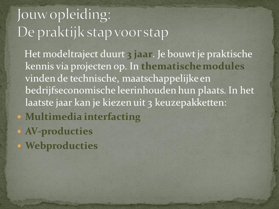 Het modeltraject duurt 3 jaar. Je bouwt je praktische kennis via projecten op.