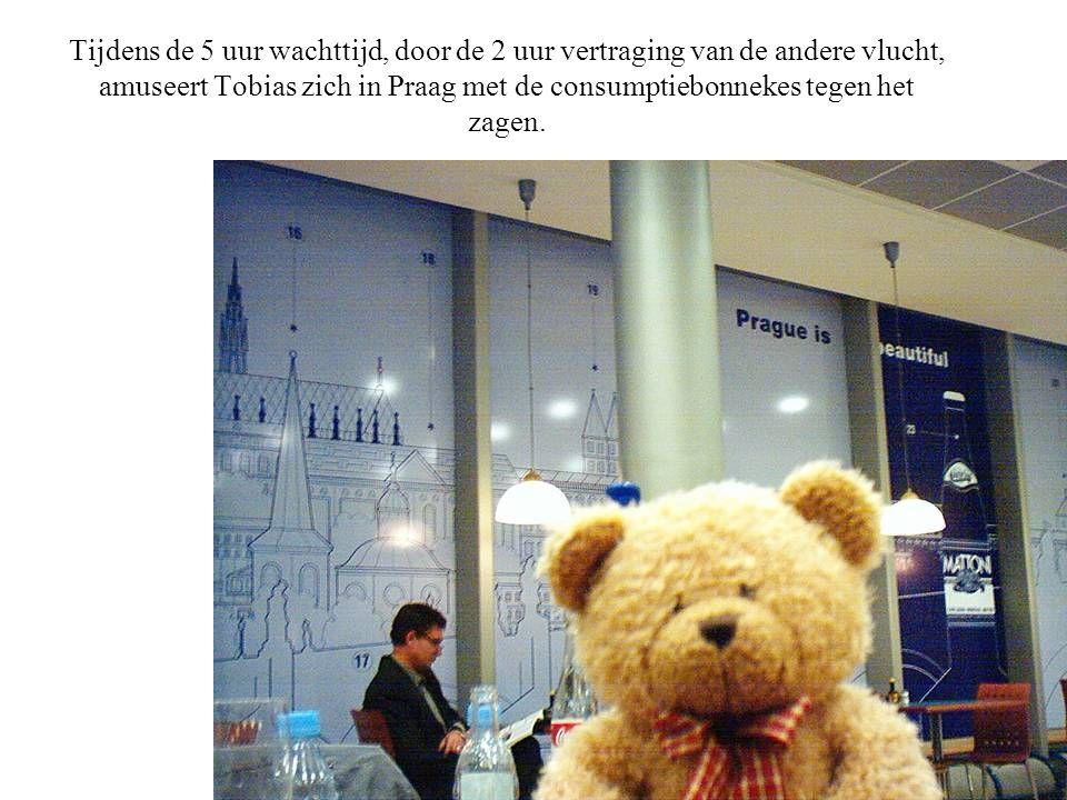 Tijdens de 5 uur wachttijd, door de 2 uur vertraging van de andere vlucht, amuseert Tobias zich in Praag met de consumptiebonnekes tegen het zagen.