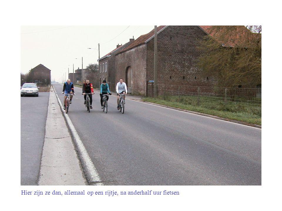 Er zijn zelfs al supporters langs de weg komen staan om de renners aan te moedigen.