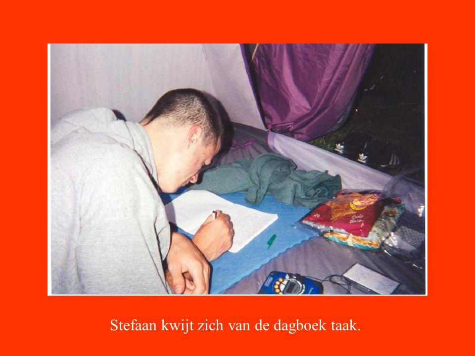 Stefaan kwijt zich van de dagboek taak.