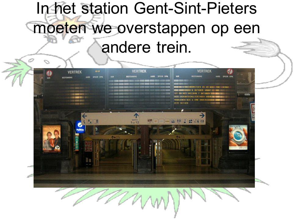 In het station Gent-Sint-Pieters moeten we overstappen op een andere trein.