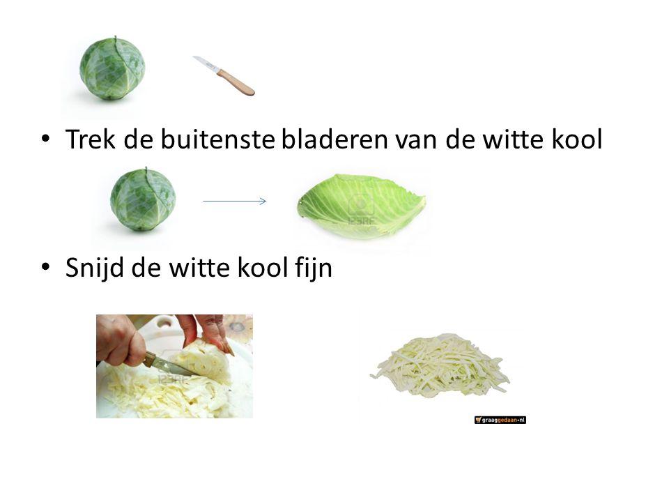 Trek de buitenste bladeren van de witte kool Snijd de witte kool fijn