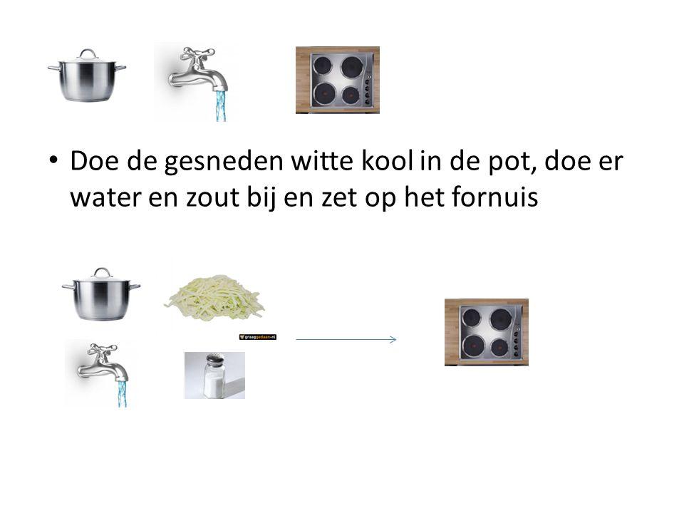 Doe de gesneden witte kool in de pot, doe er water en zout bij en zet op het fornuis