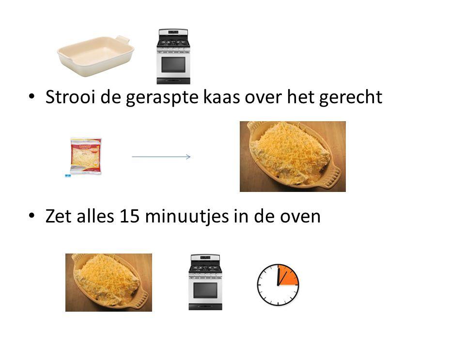 Strooi de geraspte kaas over het gerecht Zet alles 15 minuutjes in de oven