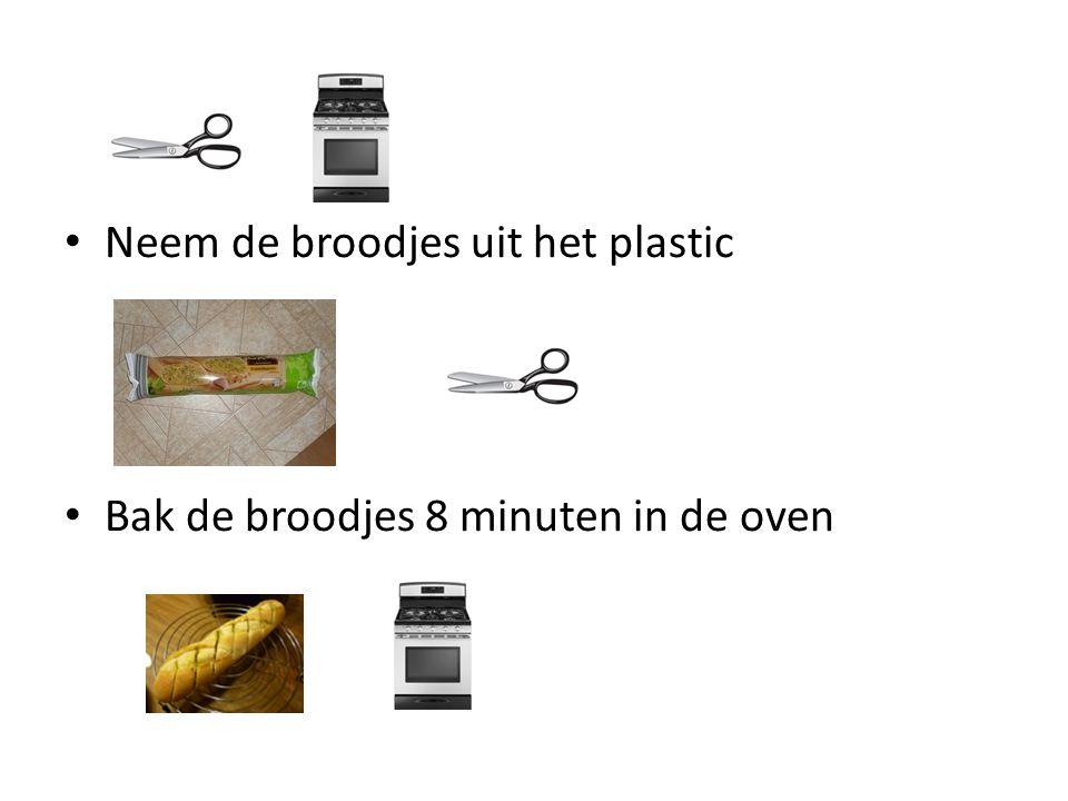 Neem de broodjes uit het plastic Bak de broodjes 8 minuten in de oven