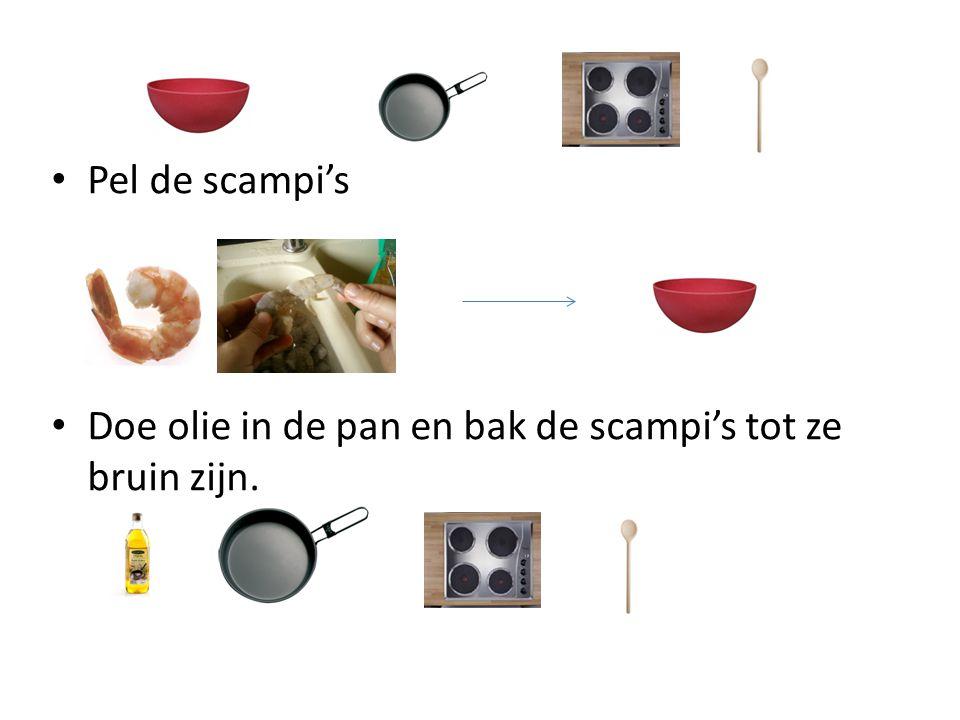 Pel de scampi's Doe olie in de pan en bak de scampi's tot ze bruin zijn.