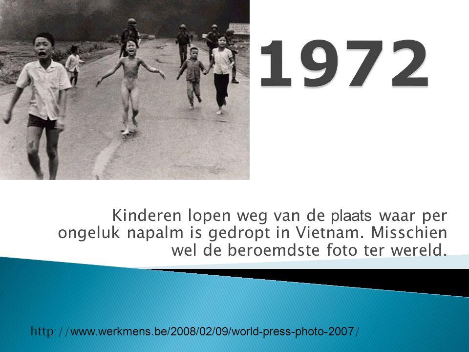 http://www.google.be/imgres?q=world+press+photo+oorlog+vietnam&hl=nl&gbv=2&biw=1280&bi h=515&tbm=isch&tbnid=zvybKvYnh74lTM:&imgrefurl=http://www.8weekly.nl/artikel/3102/world- press-photo-things-as-they-are-meer-dan-duizend-woorden.html&docid=lMEEX5sgZ- ZtWM&imgurl=http://www.8weekly.nl/images/art/051106_wpp_2.jpg&w=223&h=146&ei=BleoToH BLsKL4gSTxPUe&zoom=1&iact=rc&dur=250&sig=102981106070578648519&page=3&tbnh=116 &tbnw=164&start=31&ndsp=17&ved=1t:429,r:0,s:31&tx=75&ty=25 1972 Fotograaf: Nick Ut het negenjarige meisje Kim Phuc Phan Thi dat naakt in de richting van de camera vlucht, na een napalmaanval dichtbij Trang Bang in Vietnam.van