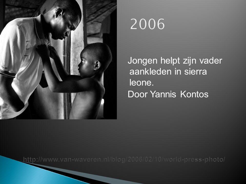 2006 Jongen helpt zijn vader aankleden in sierra leone. Door Yannis Kontos