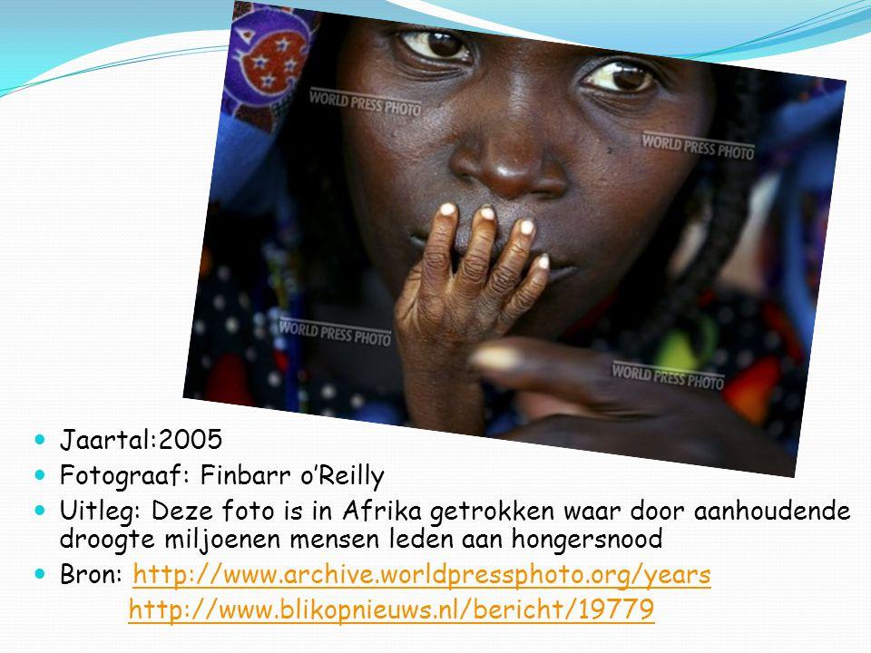 Jaartal:2005 Fotograaf: Finbarr o'Reilly Uitleg: Deze foto is in Afrika getrokken waar door aanhoudende droogte miljoenen mensen leden aan hongersnood Bron: http://www.archive.worldpressphoto.org/yearshttp://www.archive.worldpressphoto.org/years http://www.blikopnieuws.nl/bericht/19779