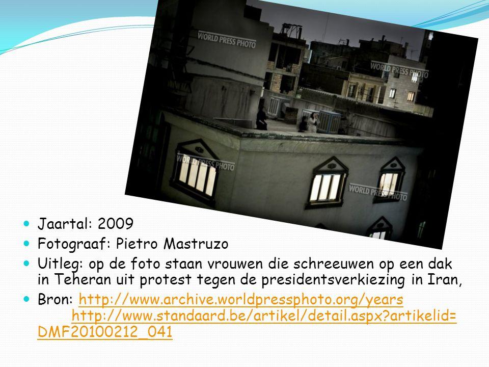 Jaartal: 2009 Fotograaf: Pietro Mastruzo Uitleg: op de foto staan vrouwen die schreeuwen op een dak in Teheran uit protest tegen de presidentsverkiezing in Iran, Bron: http://www.archive.worldpressphoto.org/years http://www.standaard.be/artikel/detail.aspx artikelid= DMF20100212_041http://www.archive.worldpressphoto.org/years http://www.standaard.be/artikel/detail.aspx artikelid= DMF20100212_041