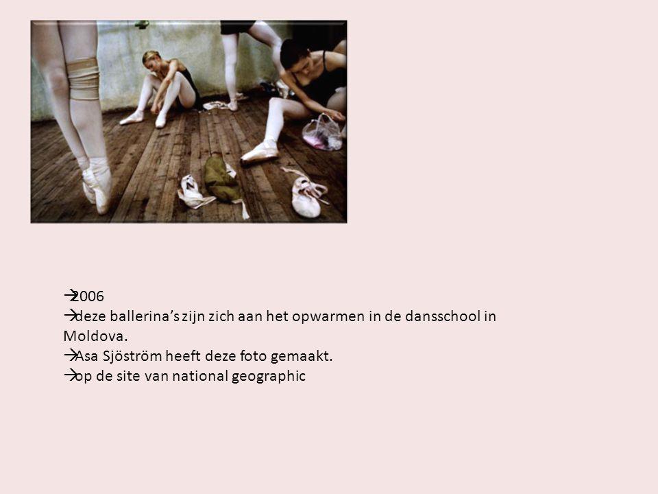  2006  deze ballerina's zijn zich aan het opwarmen in de dansschool in Moldova.  Asa Sjöström heeft deze foto gemaakt.  op de site van national ge