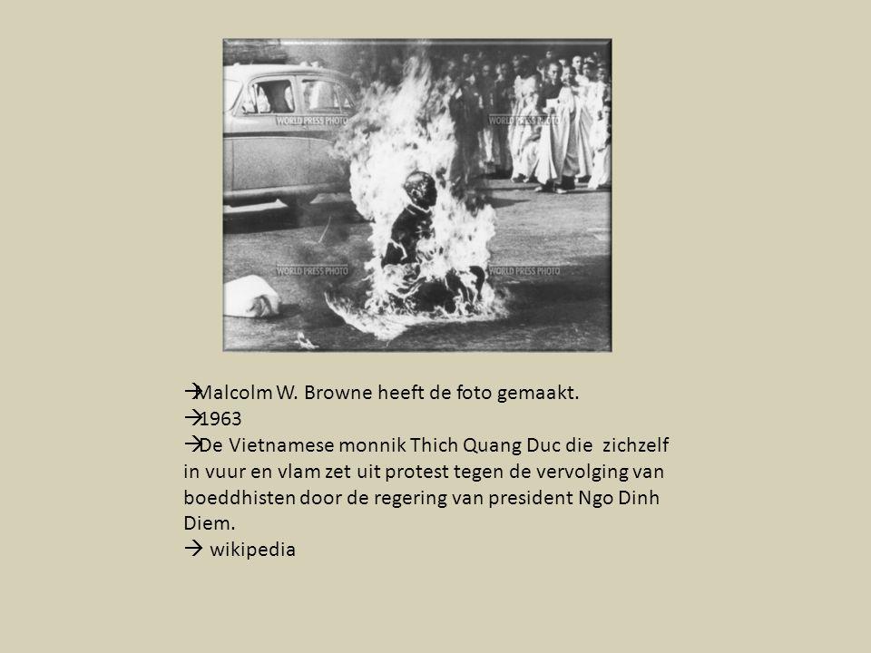  Malcolm W. Browne heeft de foto gemaakt.  1963  De Vietnamese monnik Thich Quang Duc die zichzelf in vuur en vlam zet uit protest tegen de vervolg