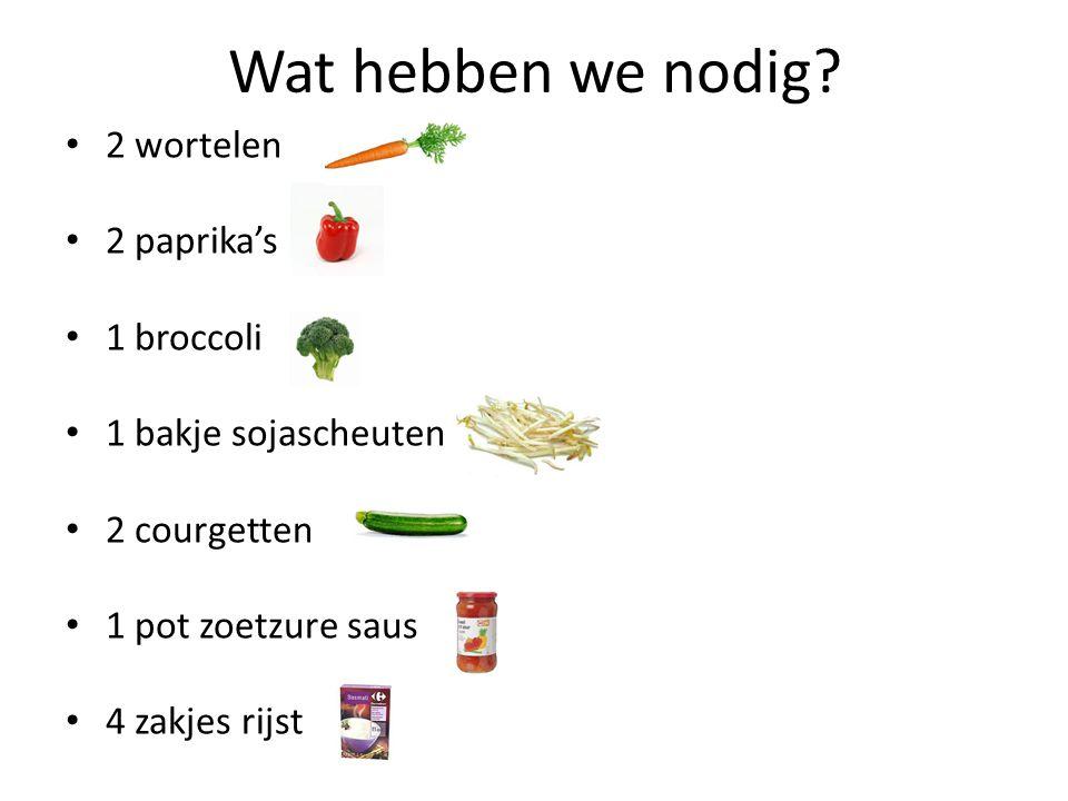 Wat hebben we nodig? 2 wortelen 2 paprika's 1 broccoli 1 bakje sojascheuten 2 courgetten 1 pot zoetzure saus 4 zakjes rijst