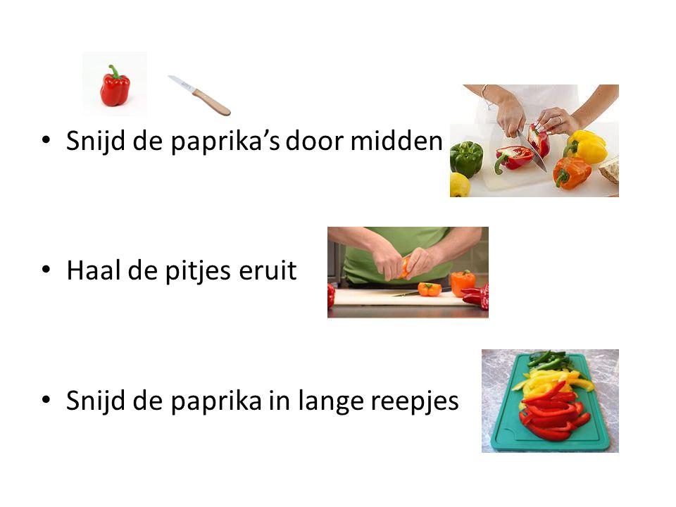 Snijd de paprika's door midden Haal de pitjes eruit Snijd de paprika in lange reepjes