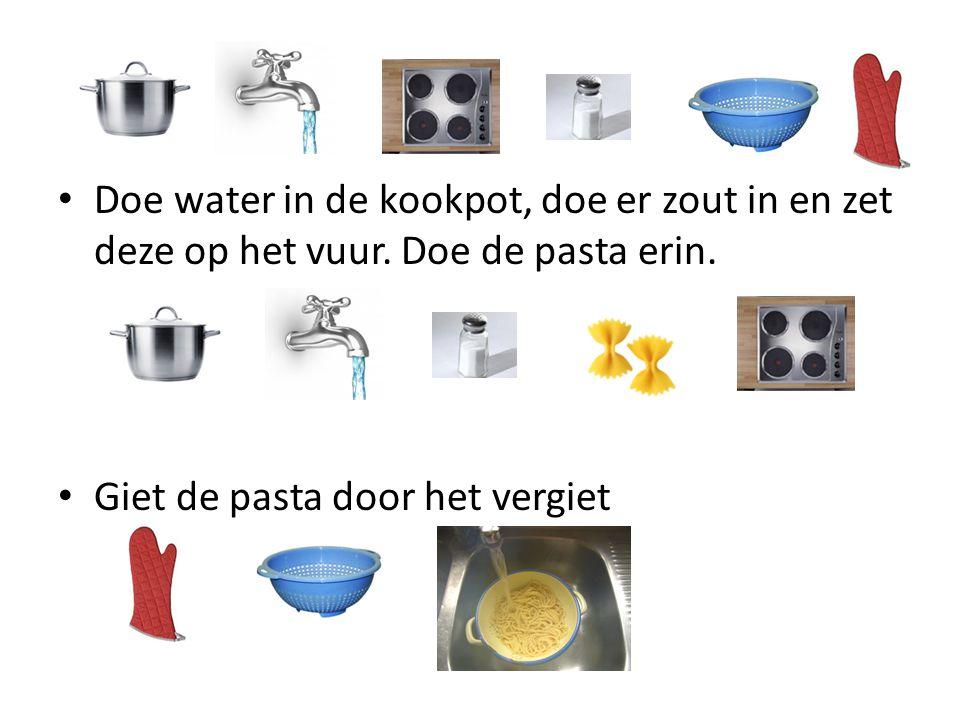 Doe water in de kookpot, doe er zout in en zet deze op het vuur. Doe de pasta erin. Giet de pasta door het vergiet