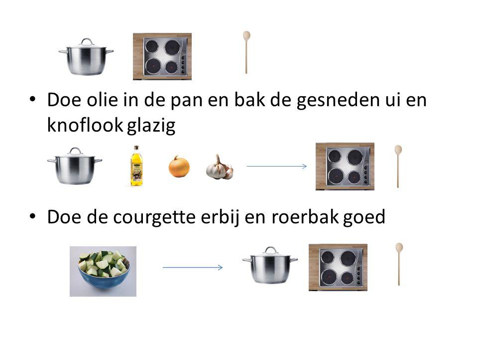 Doe olie in de pan en bak de gesneden ui en knoflook glazig Doe de courgette erbij en roerbak goed