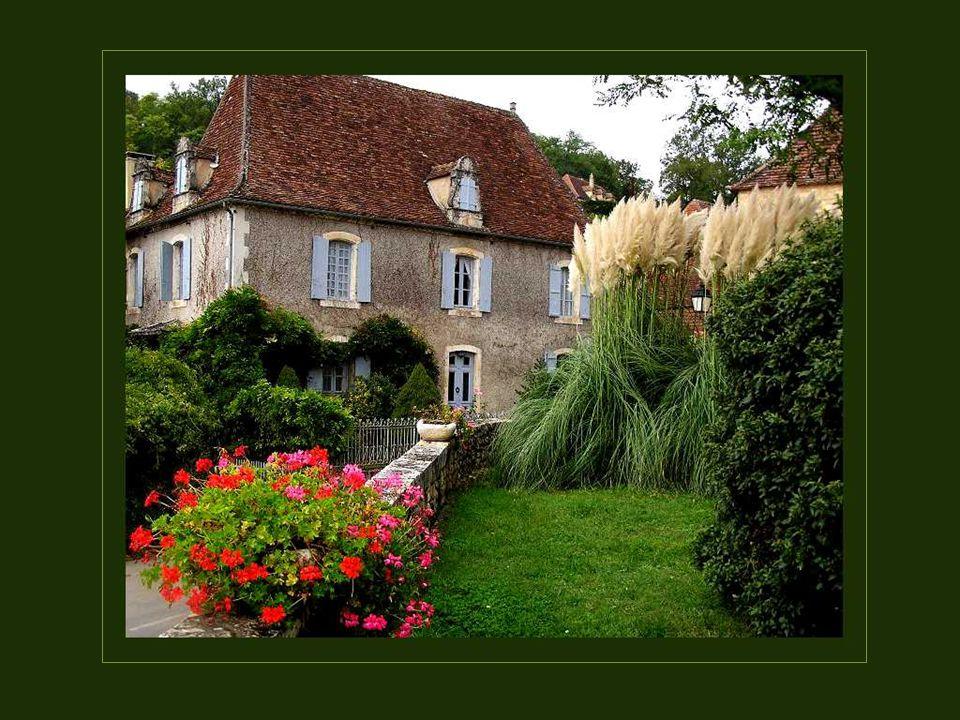 Hier, langs de oevers van de Dordogne, hebben de edelen en notabelen van Aquitaine kwistig herenhuizen laten bouwen waarvan er nog vele zeer goed bewaard zijn gebleven.