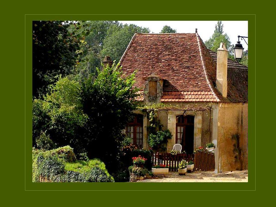 De daken van de huizen langs de Dordogne zijn dikwijls smal en hoog om in de winter de overvloedige regen vlugger af te voeren De daken van de huizen langs de Dordogne zijn dikwijls smal en hoog om in de winter de overvloedige regen vlugger af te voeren.