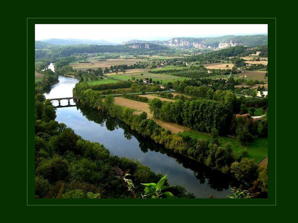 Met de regio's Charente en Limousin, bezit de vallei van de Dordogne vele kastelen en ontelbare stenen gebouwen van vele eeuwen oud.