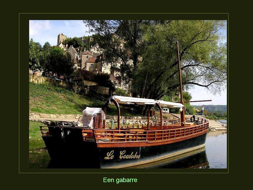 De « gabarren » zijn platte eikenhouten boten, speciaal gemaakt op te varen op de Dordogne.