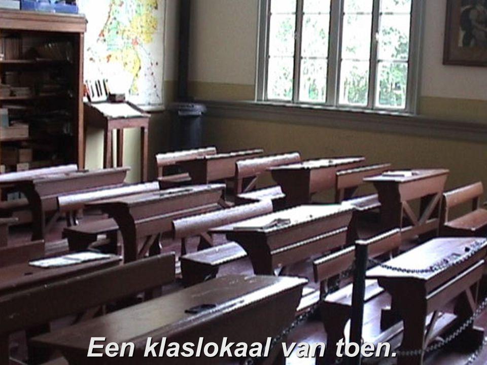 De schoolbel klinkt. Klas bij klas opstellen in rijtjes van twee en rustig naar binnen. Plaatsnemen in de bankjes, lesmateriaal uit de lessenaar {incl