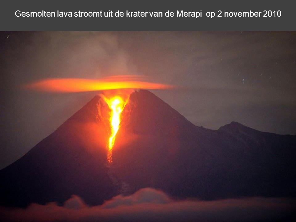Een gesmolten radio-cassetterecorder zit bedekt met vulkanische as van de uitbarsting van de Merapi in het verlaten dorp Kaliadem, op 1 november 2010