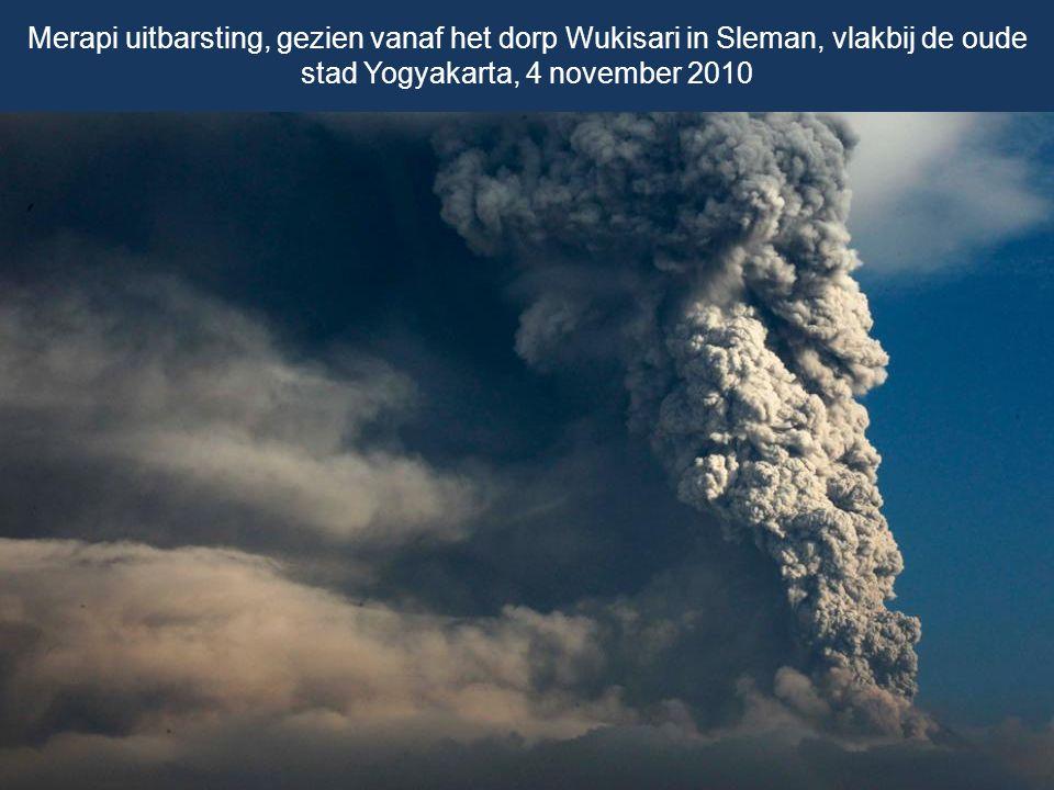Een pluim van gas en as golvend op ca. 10 km hoog van de Merapi, tijdens een uitbarsting op 4 november 2010