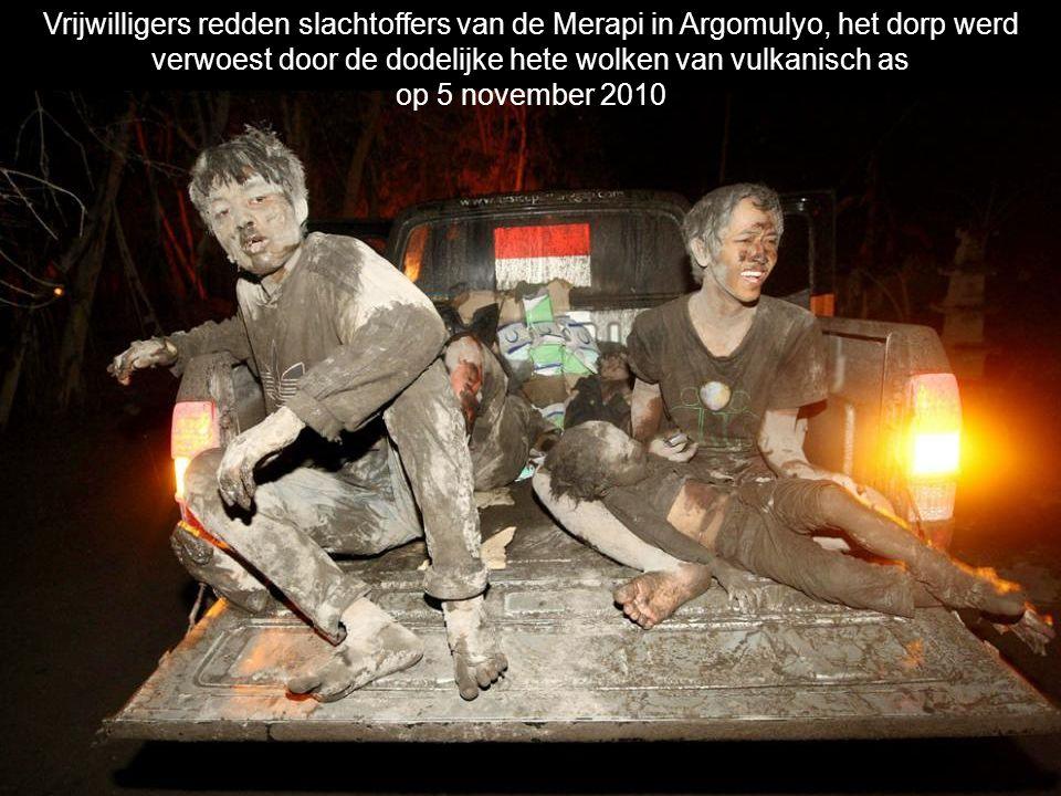 Huizen staan in brand en vrijwilligers proberen slachtoffers te redden tijdens een uitbarsting van de Merapi in het dorp Argomulyo op 5 november 2010